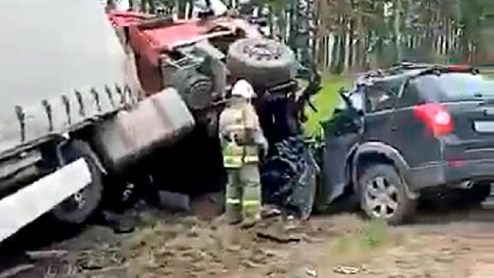 В Ярославской области в ДТП с фурой погибли два человека. Видео