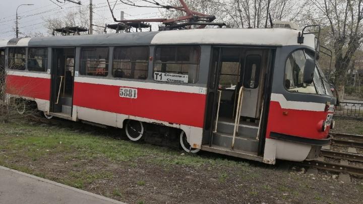 В Волгограде сошедший с рельсов трамвай парализовал движение в сторону Краснооктябрьского района