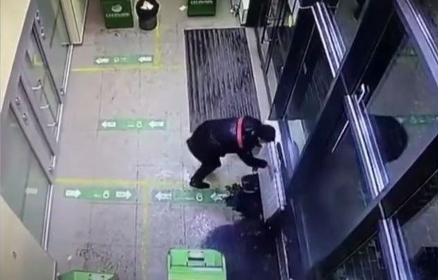 В Сбербанке на Репина замерзший клиент сорвал батарею и окатил офис кипятком. Видео