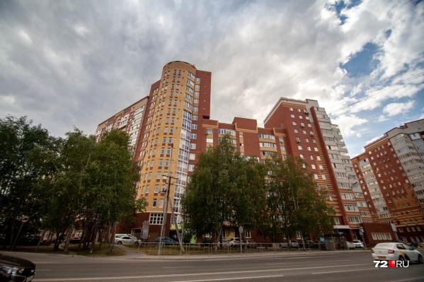"""Кирпичный дом на улице <nobr class=""""_"""">Чернышевского, 2б</nobr> застройщик сдал в эксплуатацию <nobr class=""""_"""">в 2012 году</nobr>. Заселены все корпуса, кроме одного, который отличается от остальных"""