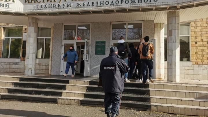 В Красноярском железнодорожном институте усилили охрану. В соцсетях пишут о готовящейся резне