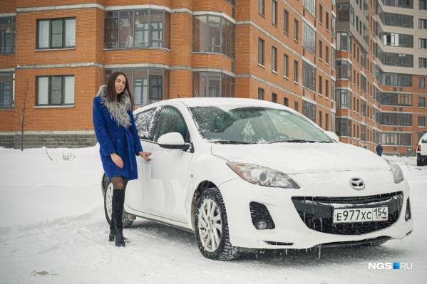 Катерина Клименко на своей белой Mazda 3