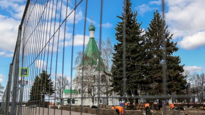 Заборы, рабочие и горы брусчатки: Нижегородский кремль закрывают на ремонт