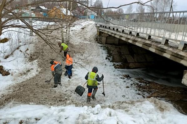 Рабочих фирмы-подрядчика заставили чистить загаженную реку