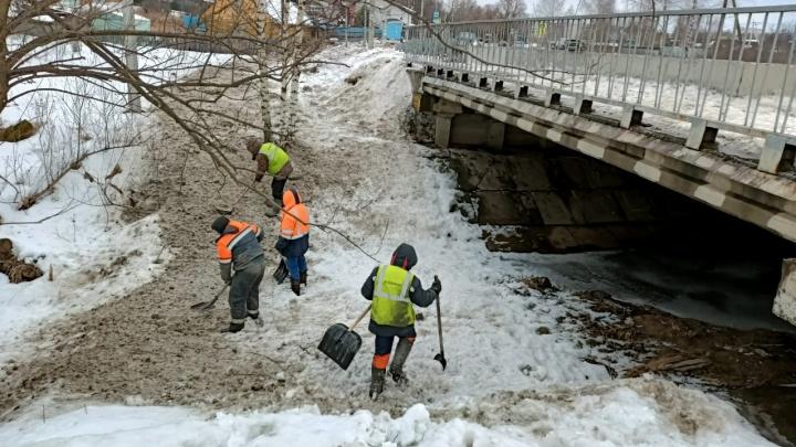 Коммунальщиков, раскидавших снежную грязь с дороги, заставили чистить реку