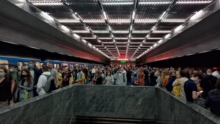 В Екатеринбурге эвакуировали пассажиров трех станций метро