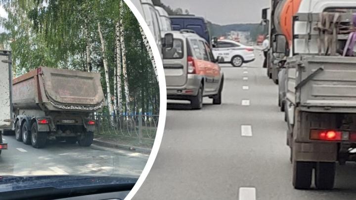 На Серовском тракте образовалась пробка из-за грузовика, просыпавшего щебень
