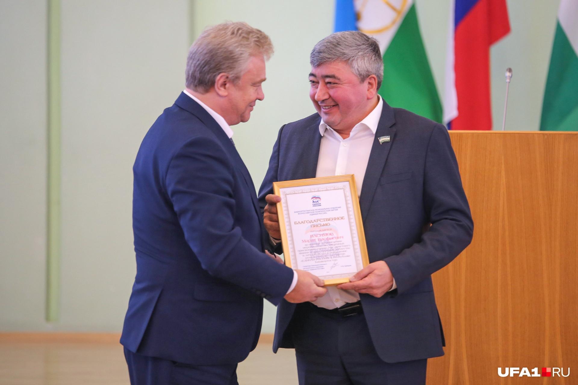Депутату Марату Васимову вручили благодарственное письмо от имени главы региона