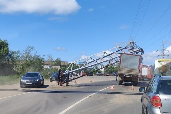 Автомобили объезжают место аварии, пробки на этом участке дороги нет