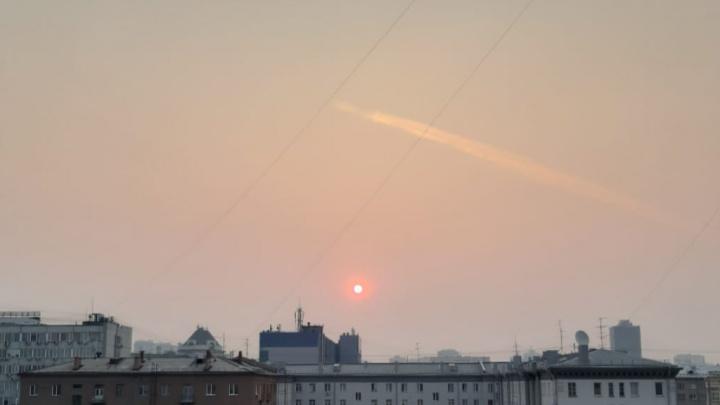 Смог над Новосибирском превратил солнце в яркий красно-оранжевый шар
