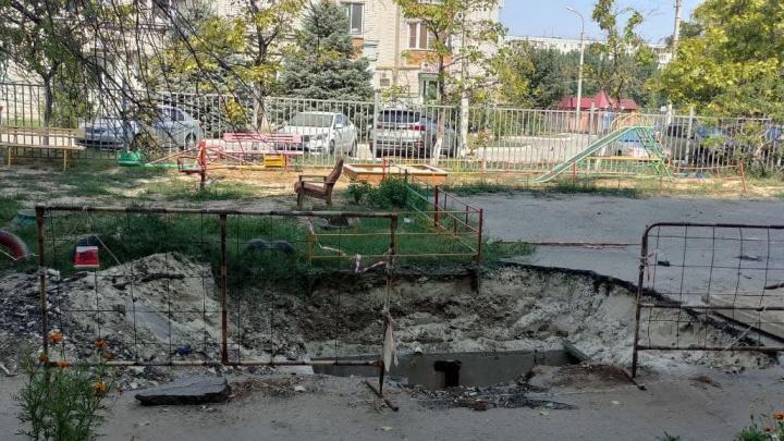 «Была детская площадка, а сейчас яма»: на юге Волгограда жители жалуются на брошенные «Концессиями теплоснабжения» траншеи