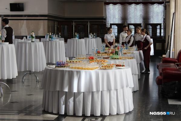 Официанты должны знать правила проведения протокольных обедов и этикет
