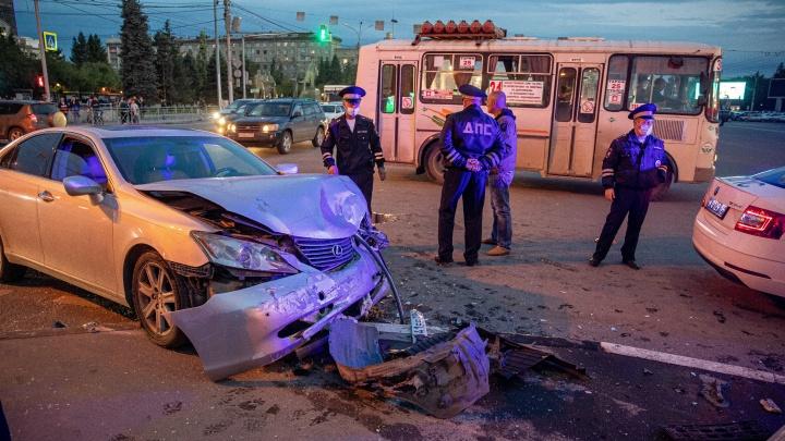 Машина ДПС ехала на красный: момент аварии в центре Новосибирска попал на видео