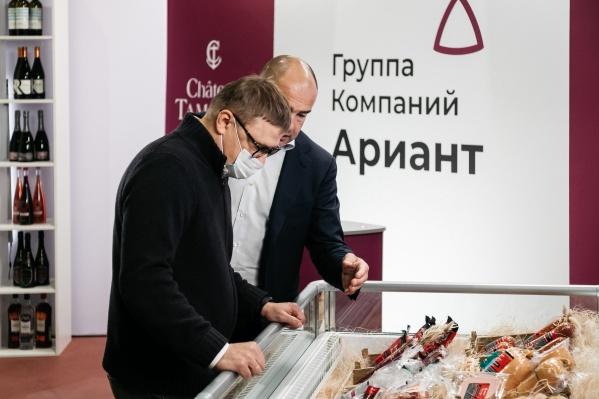 Управляющий акционер группы компаний «Ариант» Александр Кретов и генеральный директор агрофирмы Андрей Борисов организовали и провели для главы региона экскурсию по предприятию