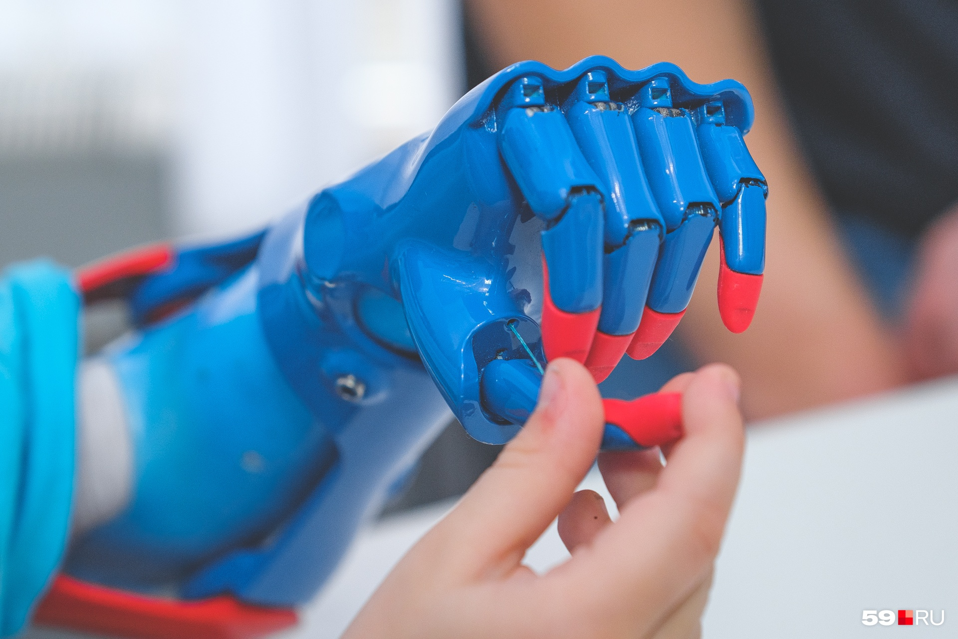Кончики пальцев сделаны из силикона, чтобы предметы лучше держались в руке