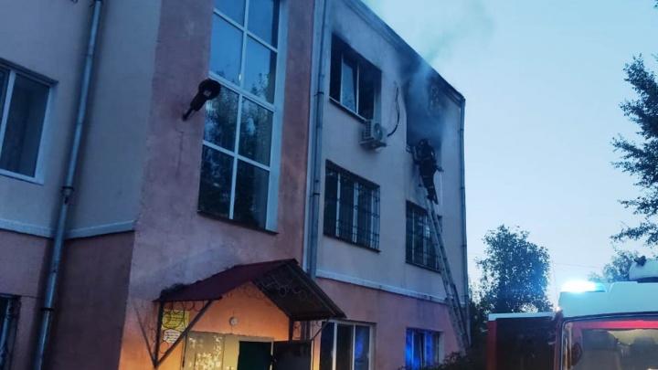 В доме у аграрного университета загорелись квартира и чердак