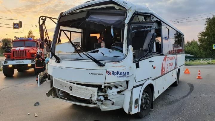 В Рыбинске столкнулись бензовоз и рейсовый автобус: есть пострадавшие