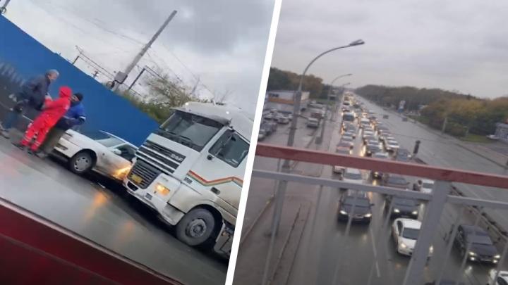 Площади Энергетиков и Труда в Новосибирске сковала пробка — 9 возмущенных комментариев водителей