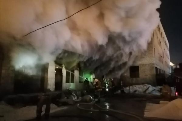 Дым вырывался изо всех окон здания