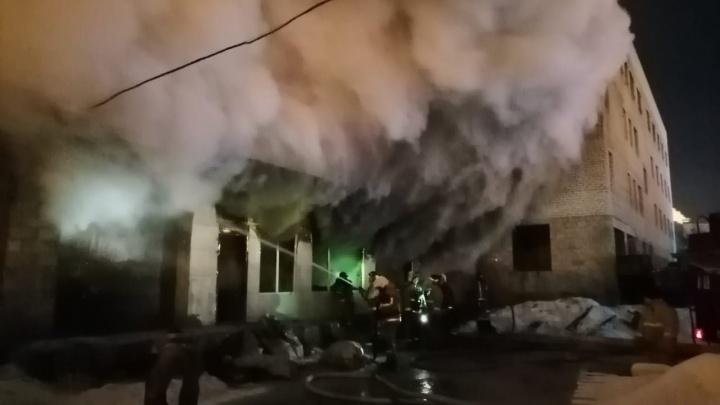 Густой дым над городом: в Тольятти сгорел цех по производству мебели