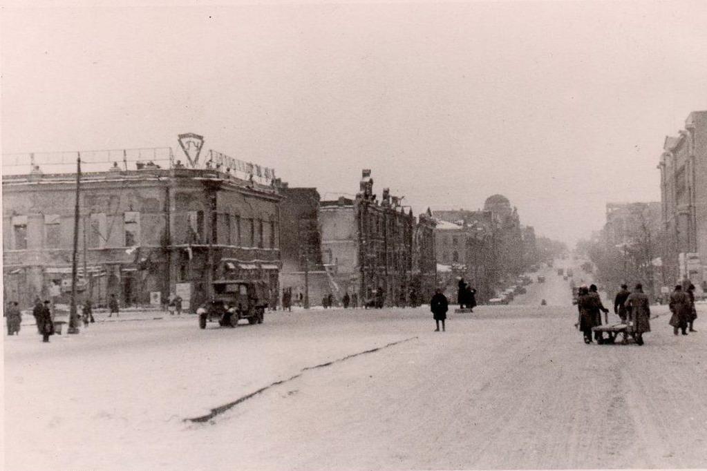 Слева — здание главного универсама. Сейчас на этом месте Дом Книги и сквер