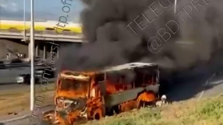 В Уфе горит пассажирский автобус. Водитель получил ожоги