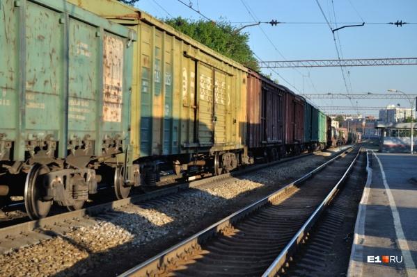 Пожилая женщина переходила путиперед приближающимся железнодорожным составом