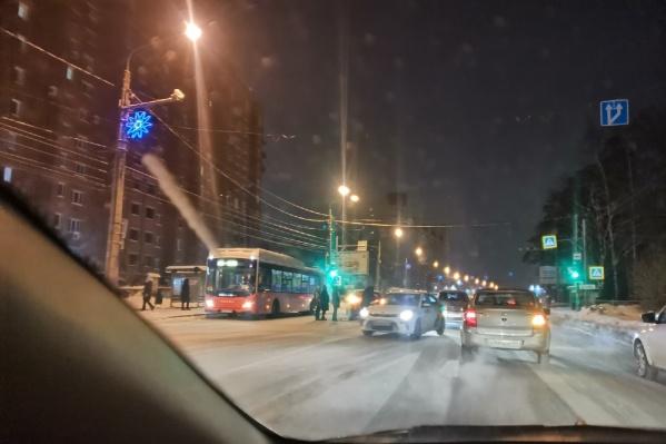 """Авария произошла возле&nbsp;остановки «Улица <nobr class=""""_"""">9 Мая</nobr>»"""