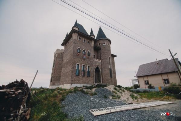 Замок в средневековом стиле стоит прямо на берегу Туры. Видели его раньше?