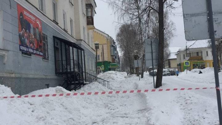 Женщину, на которую с крыши упала снежная глыба, перевезут на лечение в Челябинск