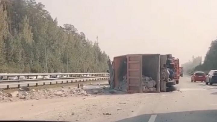 Камни раскидало по дороге: на Серовском тракте опрокинулся грузовик со строительным мусором