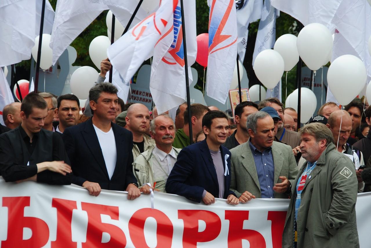 Борис Немцов на одном из оппозиционных митингов