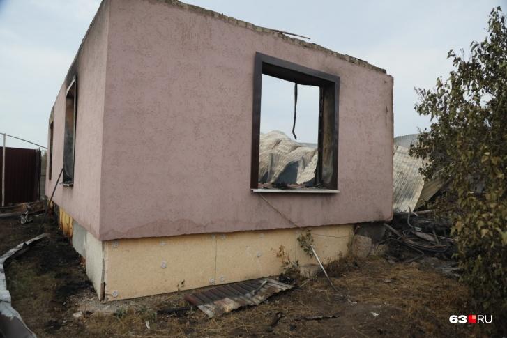 В одном из домов обрушилась крыша, но стены остались почти целыми