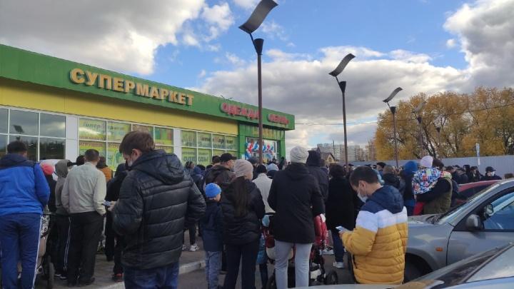 В разгар пандемии жители Уфы устроили давку у супермаркета из-за розыгрыша бытовой техники