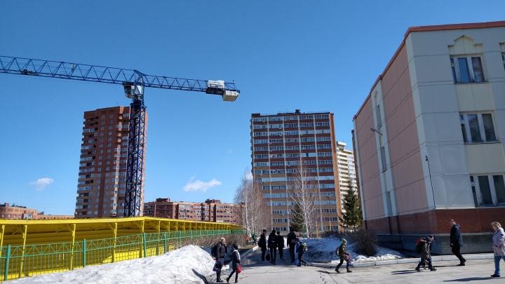 Конфликт из-за стройки 25-этажки у школы: родители переживают за детей— они ходят под стрелой башенного крана