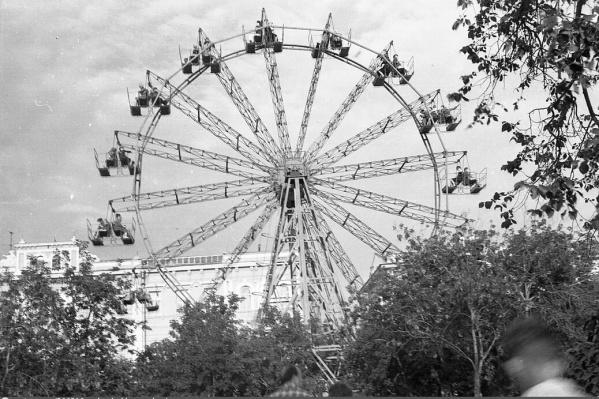 Колесо обозрения находилось ближе к генерал-губернаторскому дворцу. Фото1964–1965 гг.