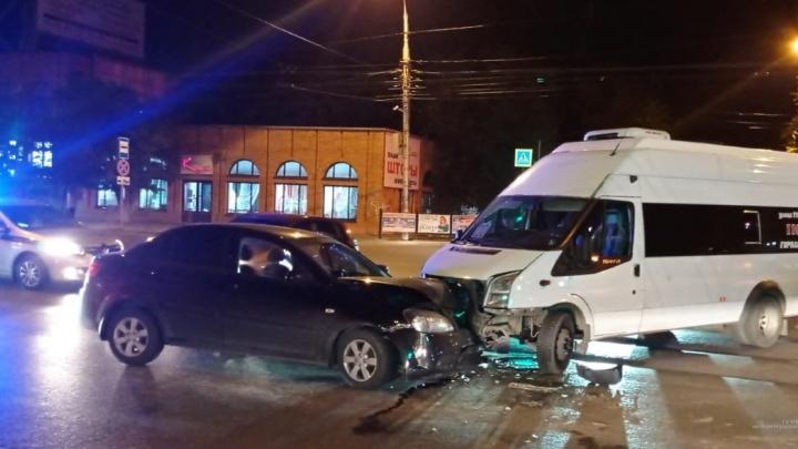 «У водителя даже не было путевки»: появилось видео столкновения маршрутки и легковушки в Волгограде