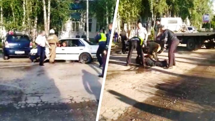 Под Новосибирском мужчина заперся в машине, расплескал бензин и поджег — инцидент попал на видео