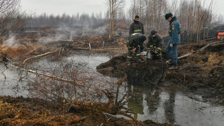 Просто так не залить: спасатели применили хитрую схему тушения пожара, из-за которого задыхается Екатеринбург