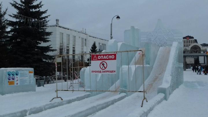 В центре Тюмени разрушают ледовый городок, построенный почти за 4 миллиона рублей