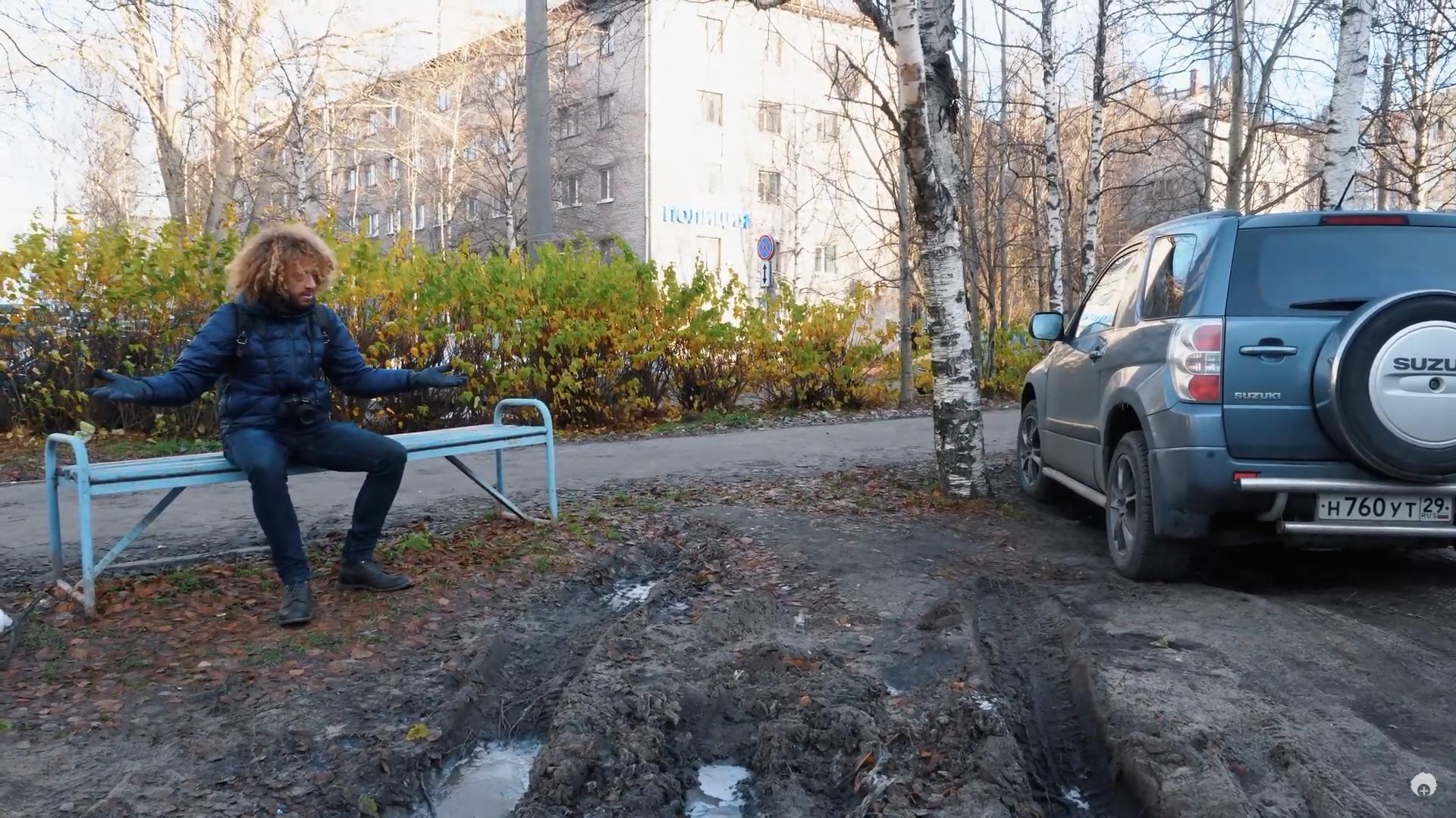 Илья Варламов возмущается, что архангелогородцы паркуются на газонах. И предлагает сделать в городе платные парковки