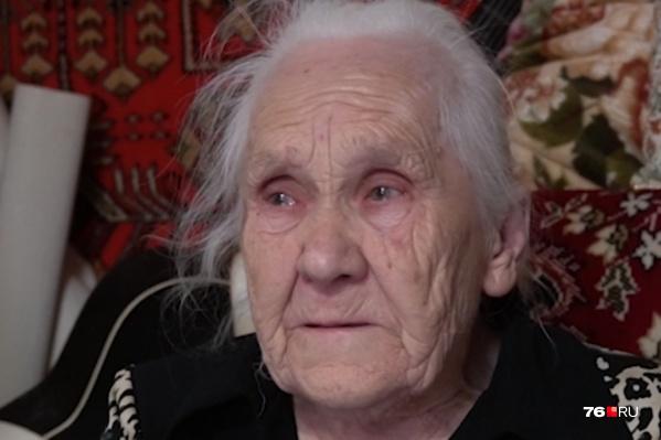 Бабушка вспоминает о былых временах со слезами на глазах