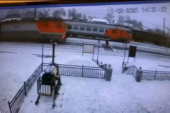 Поезд сбил девушку, когда она переходила пути по специальному настилу