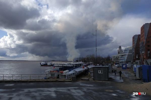 Дым с острова хорошо виден с противоположного берега