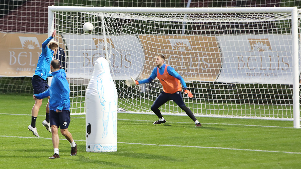 Футболисты тренируются на поле при отеле, в котором живут в Белеке