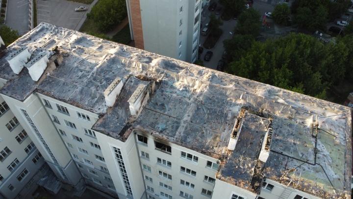 Сгоревшую крышу «сталинки» на Шейнкмана покрыли пленкой и придавили ее кирпичами