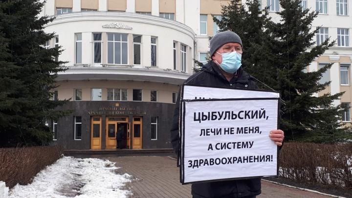 «Из лекарств только лук»: северянин пришел в приемную Цыбульского с плакатами о тяжело больной медицине