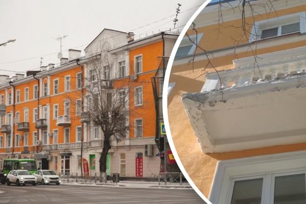 Дом покрасили в конце прошлого года, он стал ярким, но с балконами — беда
