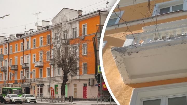 В центре Тюмени осыпается свежеотремонтированный оранжевый дом