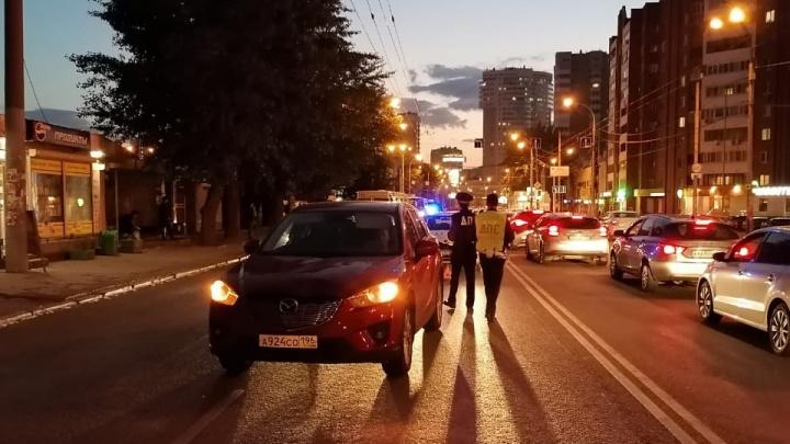 В Екатеринбурге Mazda сбила 42-летнюю женщину, которая перебегала через дорогу
